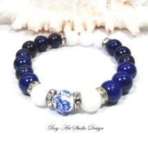Lápis lazuli karkötő gyöngyház gyönggyel és porcelán medállal