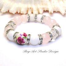 Exkluzív Rózsakvarc ásvány karkötő jáde gyöngyökkel, porcelán medállal