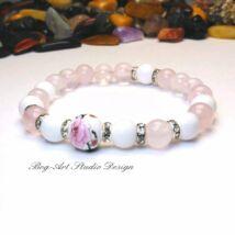 Rózsakvarc ásvány karkötő gyöngyház gyöngyökkel és porcelán medállal