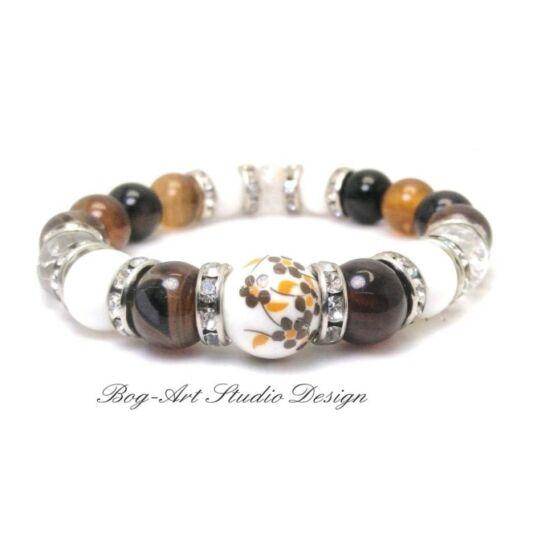 Kiegyensúlyozottság és élererő Exkluziv, Achát karkötő barna gyöngyökből porcelán medállal