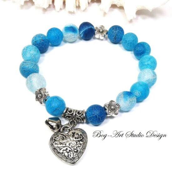 Achát karkötő kék, 10 mm-es matt gyöngyökből szív medállal