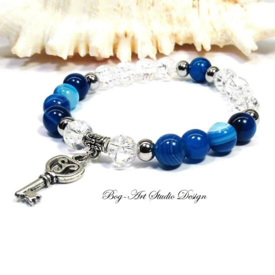 Achát karkötő kék gyöngyökből hegyikristállyal és kulcs medállal
