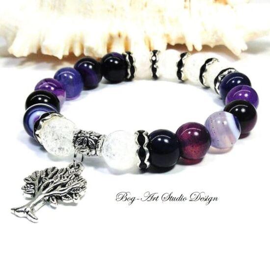 Achát karkötő lila gyöngyökből hegyikristály gyöngyökkel és életfa medállal