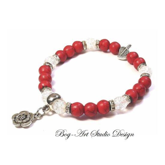 Howlit karkőtő piros gyöngyökből - hegyikristály gyöngyökkel virág medállal.