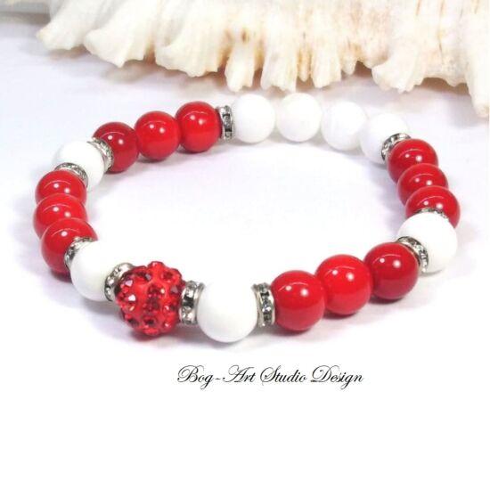 Korall karkötő Jáde gyöngyökkel és piros apróköves köztessel