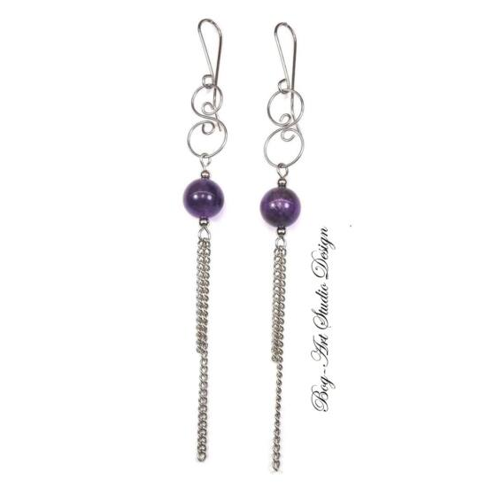 Achát fülbevaló - 12 mm-es lila gyöngy kacskaringóval és láncokkal