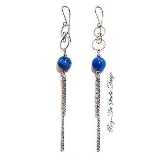 Bog-Art Studio - Achát fülbevaló - 12 mm-es kék gyöngy kacskaringóval és láncokkal