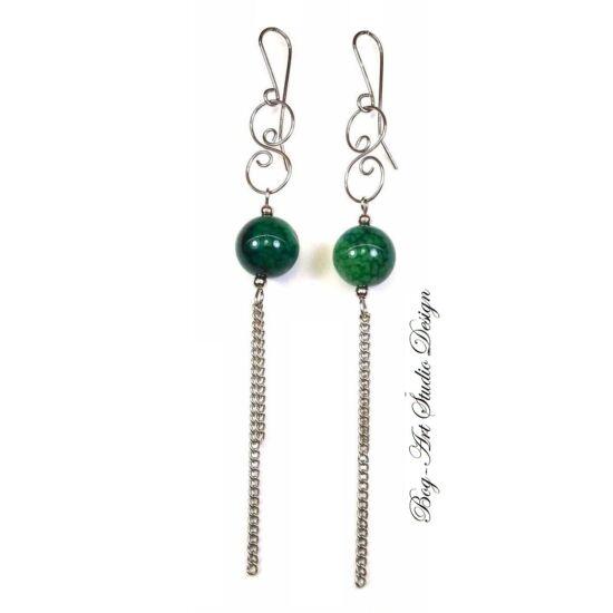 Achát fülbevaló - 12 mm-es zöld gyöngy kacskaringóval és láncokkal
