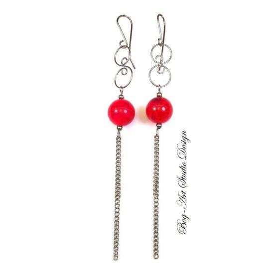 Achát fülbevaló - 12 mm-es piros gyöngy kacskaringóval és láncokkal
