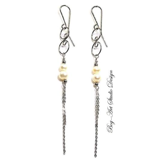 Bog-Art Studio - Tenésztett gyöngy fülbevaló - 2 szem gyöngy kacskaringóval és láncokkal - 8 cm