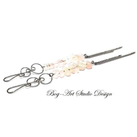 Rózsakvarc fülbevaló - szemcsekövek kacskaringóval és láncokkal
