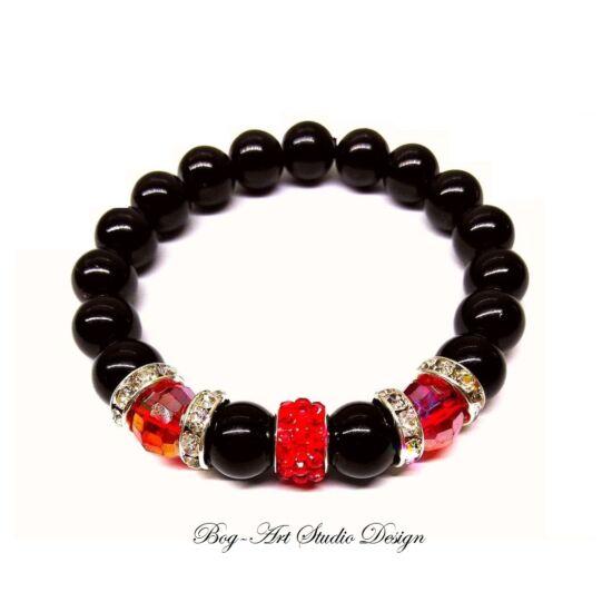 Gyöngy Karkötő fekete gyöngyökből pros kristályokkal és csillogó medállal